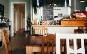 Dlaczego warto wybrać drewniane meble?