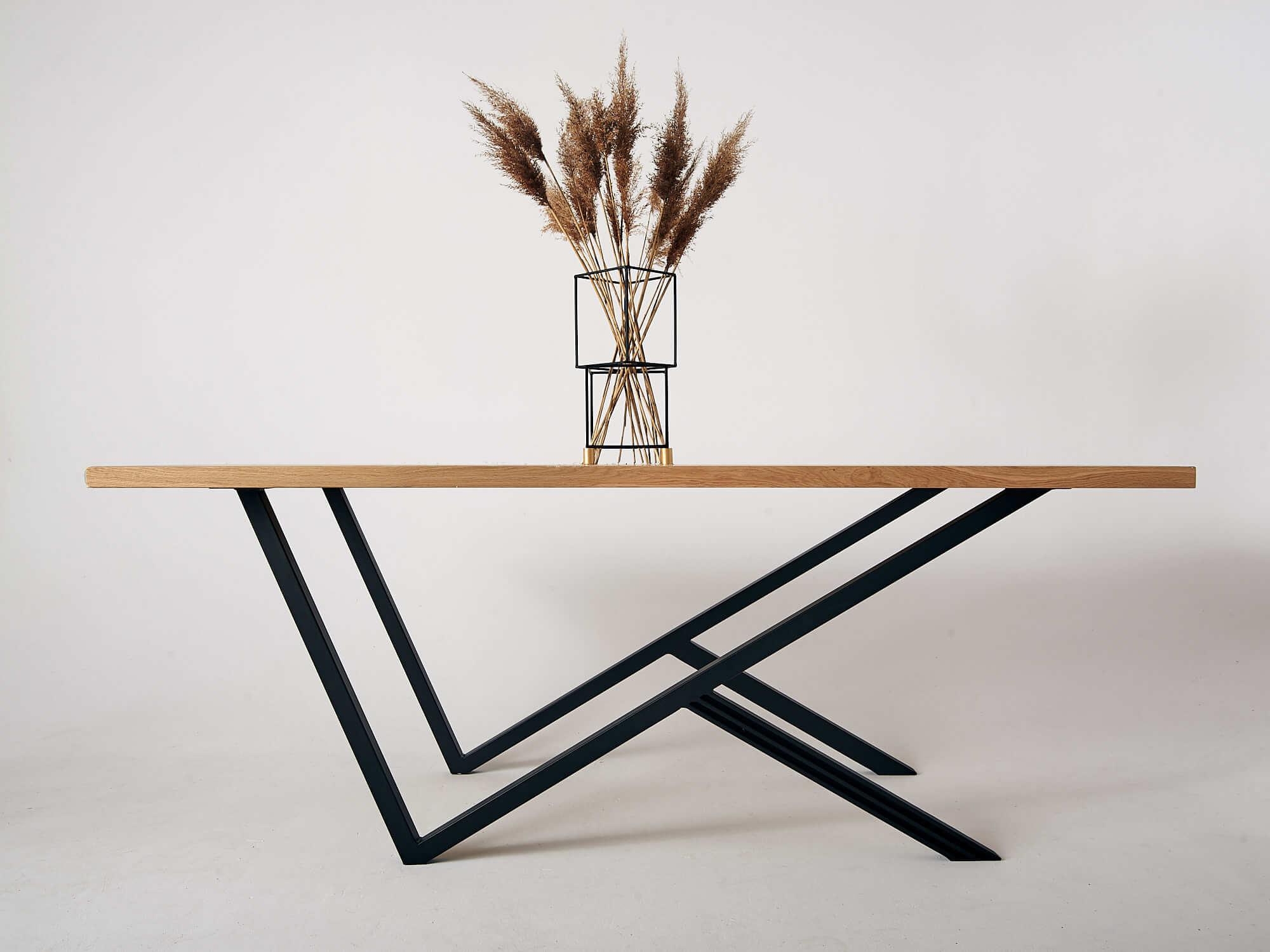 industrialny-stol-drewniany-do-salonu