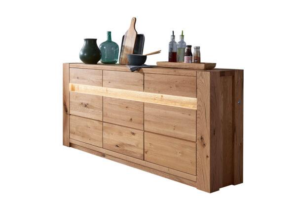 szeroka-komoda-drewniana-z-oswietleniem